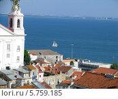 Португалия, Лиссабон,крыши, яхта (2007 год). Стоковое фото, фотограф Светлана Островская / Фотобанк Лори