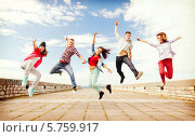Купить «Совместный прыжок группы жизнерадостных тинейджеров», фото № 5759917, снято 20 июля 2013 г. (c) Syda Productions / Фотобанк Лори