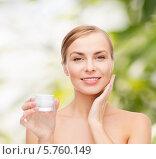 Купить «Привлекательная девушка наносит крем на лицо», фото № 5760149, снято 5 декабря 2013 г. (c) Syda Productions / Фотобанк Лори