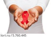 Купить «Красная лента - символ борьбы со СПИДом в женских руках», фото № 5760445, снято 12 декабря 2013 г. (c) Syda Productions / Фотобанк Лори