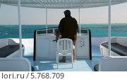 Купить «Капитан управляет яхтой в море», видеоролик № 5768709, снято 1 апреля 2014 г. (c) Михаил Коханчиков / Фотобанк Лори