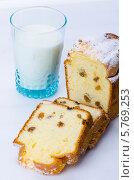 Кекс с изюмом и стакан молока. Стоковое фото, фотограф Olena Gorbenko / Фотобанк Лори