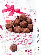 Конфеты-трюфели в подарочной коробке в форме сердца. Стоковое фото, фотограф Olena Gorbenko / Фотобанк Лори