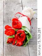 Красные тюльпаны на деревянном столе. Стоковое фото, фотограф Olena Gorbenko / Фотобанк Лори