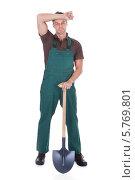 Купить «уставший садовник держит лопату и вытирает лоб», фото № 5769801, снято 10 ноября 2013 г. (c) Андрей Попов / Фотобанк Лори