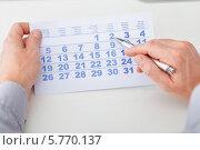 Купить «мужские руки держат календарь и ручку», фото № 5770137, снято 18 ноября 2013 г. (c) Андрей Попов / Фотобанк Лори
