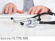 Купить «фонендоскоп и руки врача, печатающего на клавиатуре», фото № 5770189, снято 18 ноября 2013 г. (c) Андрей Попов / Фотобанк Лори
