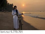 Купить «Девушка с велосипедом на берегу», фото № 5770701, снято 19 января 2014 г. (c) макаров виктор / Фотобанк Лори