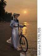 Купить «Девушка с велосипедом на берегу», фото № 5770705, снято 19 января 2014 г. (c) макаров виктор / Фотобанк Лори