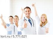 """Купить «Позитивный молодой доктор и его коллеги показывают жест """"все хорошо""""», фото № 5771021, снято 18 мая 2013 г. (c) Syda Productions / Фотобанк Лори"""