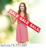 Купить «Привлекательная девушка держит баннер с надписью SALE», фото № 5771097, снято 26 февраля 2014 г. (c) Syda Productions / Фотобанк Лори