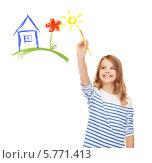 Купить «Счастливая девочка рисует дом и солнце на белом фоне», фото № 5771413, снято 31 июля 2013 г. (c) Syda Productions / Фотобанк Лори