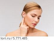 Купить «Портрет привлекательной девушки, которая трогает пальцем свое ухо», фото № 5771485, снято 5 декабря 2013 г. (c) Syda Productions / Фотобанк Лори