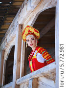 Красивая девушка в традиционной русской одежде и кокошнике. Стоковое фото, фотограф Евгения Семенова / Фотобанк Лори
