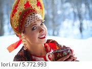 Русская молодая женщина в кокошнике пьет чай. Стоковое фото, фотограф Евгения Семенова / Фотобанк Лори