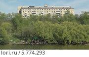 Пятиэтажка на берегу реки на Щукинской (2013 год). Стоковое видео, видеограф Nadya S. / Фотобанк Лори