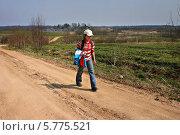 Купить «Россия, девочка-школьница 11 лет возвращается из школы домой по грунтовой дороге», фото № 5775521, снято 5 мая 2006 г. (c) Владимир Григорьев / Фотобанк Лори