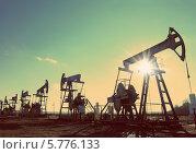 Купить «Нефтяные насосы на фоне неба», фото № 5776133, снято 19 октября 2018 г. (c) Михаил Коханчиков / Фотобанк Лори