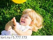 Счастливая девочка валяется на траве и смеется. Стоковое фото, фотограф Евдокимова Ольга / Фотобанк Лори