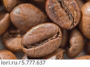 Купить «Зерна кофе сорта Арабика крупным планом», фото № 5777637, снято 5 апреля 2014 г. (c) Наталья Гармашева / Фотобанк Лори