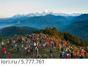 Купить «Туристы встречают рассвет на вершине горы в Гималаях», фото № 5777761, снято 5 октября 2012 г. (c) Юлия Бабкина / Фотобанк Лори