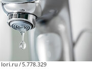Купить «Вода капает из крана», фото № 5778329, снято 6 декабря 2013 г. (c) Андрей Кузьмин / Фотобанк Лори
