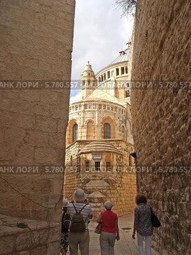 Израиль, Иерусалим. Туристы направляются к  аббатству Успения Девы Марии (2012 год). Стоковое фото, фотограф Ирина Борсученко / Фотобанк Лори