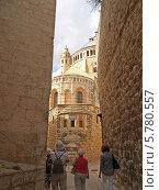 Купить «Израиль, Иерусалим. Туристы направляются к  аббатству Успения Девы Марии», фото № 5780557, снято 9 октября 2012 г. (c) Ирина Борсученко / Фотобанк Лори