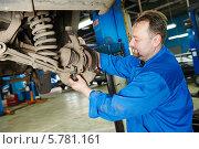Купить «Автомеханик на ремонте подвески автомобиля», фото № 5781161, снято 4 апреля 2014 г. (c) Дмитрий Калиновский / Фотобанк Лори