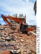 Гусеничный экскаватор на руинах кирпичного дома (2013 год). Редакционное фото, фотограф Алексей Сергеев / Фотобанк Лори