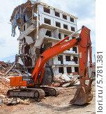 Гусеничный экскаватор на руинах  дома (2013 год). Редакционное фото, фотограф Алексей Сергеев / Фотобанк Лори