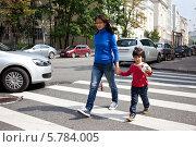 Купить «Мама с ребенком переходят улицу по пешеходному переходу», фото № 5784005, снято 15 августа 2012 г. (c) Astroid / Фотобанк Лори