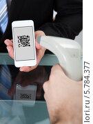 Купить «QR-код на экране телефона», фото № 5784377, снято 25 января 2014 г. (c) Андрей Попов / Фотобанк Лори