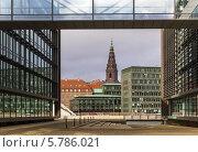 Купить «Вид на Дворец Кристиансборг с другой стороны канала, Копенгаген, Дания», фото № 5786021, снято 16 февраля 2014 г. (c) Boris Breytman / Фотобанк Лори
