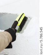 Купить «Мужчина очищает лобовое стекло автомобиля от снега», фото № 5786545, снято 16 января 2014 г. (c) Syda Productions / Фотобанк Лори