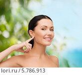 Купить «Привлекательная ухоженная брюнетка показывает пальцем на ухо», фото № 5786913, снято 1 декабря 2013 г. (c) Syda Productions / Фотобанк Лори