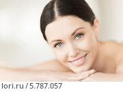 Купить «Портрет красивой брюнетки с очаровательной улыбкой в СПА-салоне», фото № 5787057, снято 4 мая 2013 г. (c) Syda Productions / Фотобанк Лори