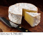 Купить «головка сыра с отрезанным куском», фото № 5790481, снято 14 августа 2018 г. (c) Food And Drink Photos / Фотобанк Лори