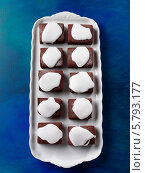 Купить «шоколадные пирожные на белом подносе, вид сверху», фото № 5793177, снято 16 августа 2018 г. (c) Food And Drink Photos / Фотобанк Лори