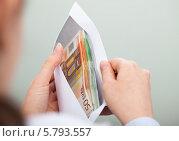 Купить «женщина держит конверт с деньгами», фото № 5793557, снято 5 января 2014 г. (c) Андрей Попов / Фотобанк Лори