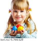Портрет улыбающейся девочки с разноцветными пасхальными яйцами в руках. Стоковое фото, фотограф Андрей Затулло / Фотобанк Лори