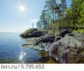 Купить «Солнце и каменный берег Ладожского озера», фото № 5795653, снято 24 февраля 2019 г. (c) Михаил Марковский / Фотобанк Лори