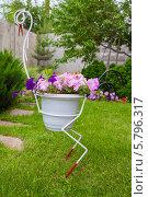 Парковый вазон с цветами в форме журавля. Стоковое фото, фотограф Гужва / Фотобанк Лори