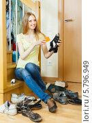 Купить «Молодая женщина чистит обувь», фото № 5796949, снято 29 мая 2013 г. (c) Яков Филимонов / Фотобанк Лори