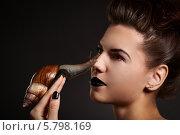 Девушка с черными губами позирует с улиткой на руке. Стоковое фото, фотограф Евгения Семенова / Фотобанк Лори