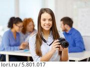 Позитивная девушка в офисе с фотокамерой. Стоковое фото, фотограф Syda Productions / Фотобанк Лори