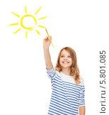 Купить «Счастливая девочка рисует желтое солнце на белой стене», фото № 5801085, снято 31 июля 2013 г. (c) Syda Productions / Фотобанк Лори