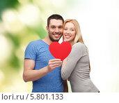 Купить «Счастливая влюбленная молодая пара держит в руках большое красное сердце», фото № 5801133, снято 9 февраля 2014 г. (c) Syda Productions / Фотобанк Лори