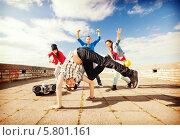 Купить «Молодежные танцы. Молодой человек выполняет танцевальные движения», фото № 5801161, снято 20 июля 2013 г. (c) Syda Productions / Фотобанк Лори