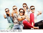 """Купить «Пятеро счастливых друзей показывают жест """"все хорошо"""" (большой палец руки поднят вверх)», фото № 5801369, снято 20 июля 2013 г. (c) Syda Productions / Фотобанк Лори"""
